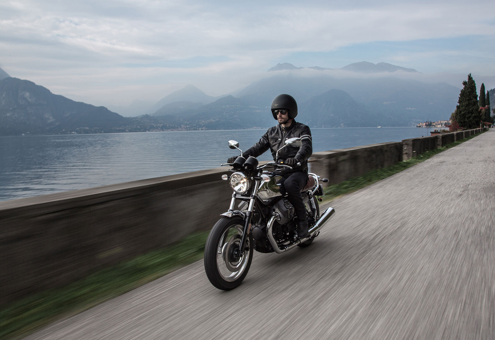 persona conduciendo una moto guzzi v7 iii