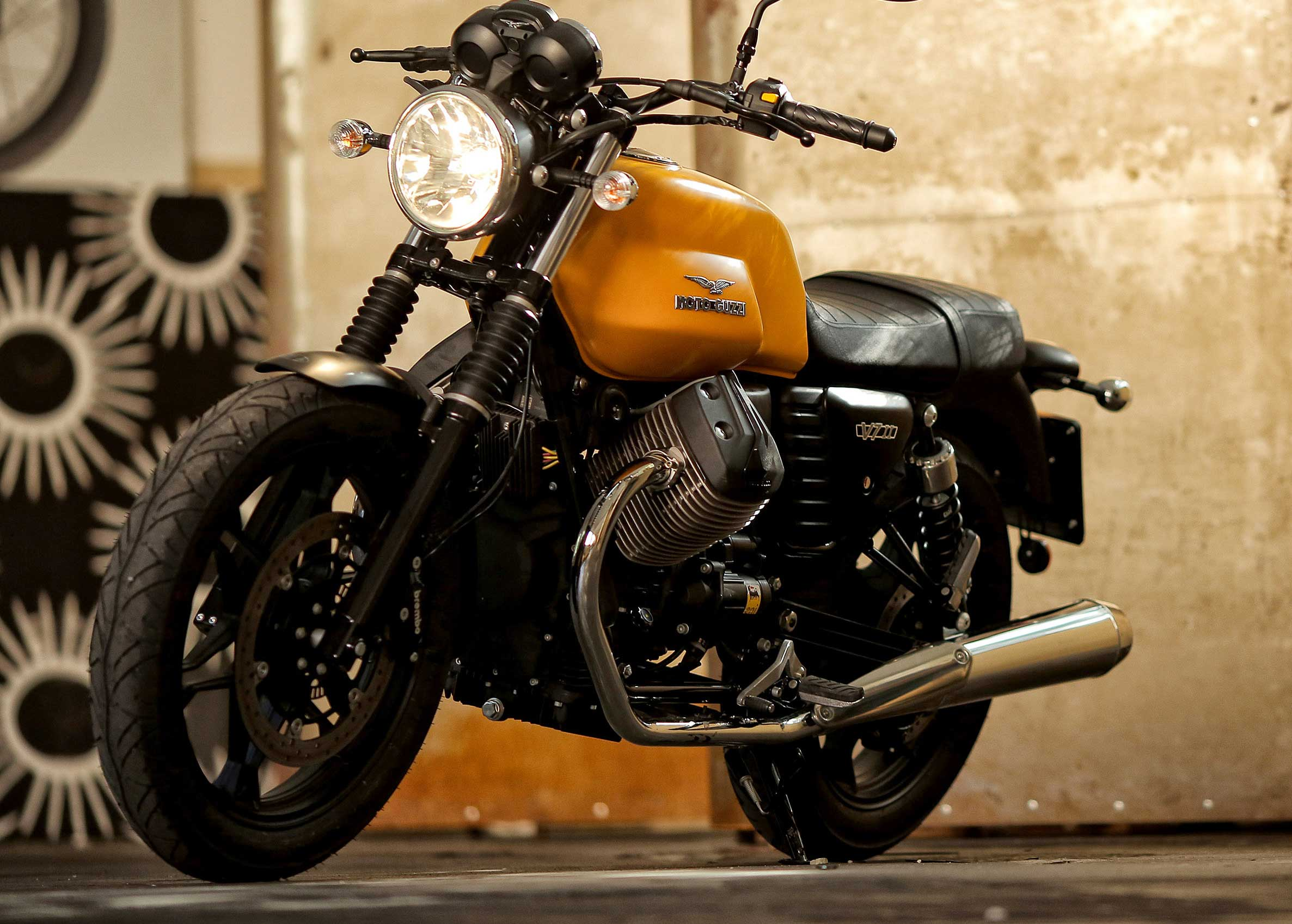 Moto modelo Stone, color negro y amarillo. Marca Motoguzzi