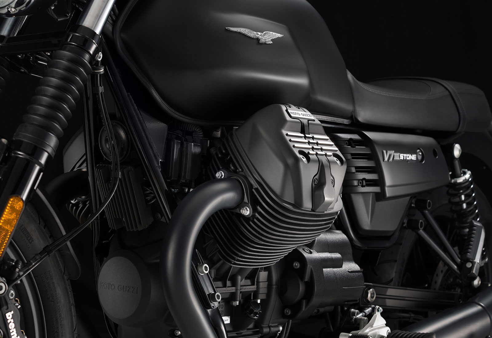 Moto modelo Stone, color negro. Marca Motoguzzi