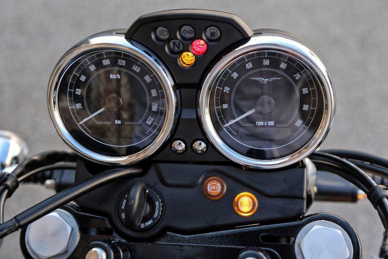 Moto modelo Stone, color gris. Marca Motoguzzi