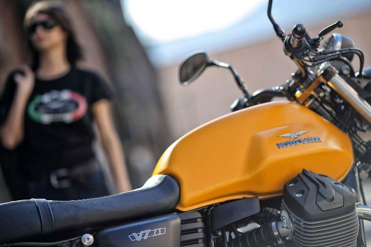 Moto modelo Stone, color amarillo. Marca Motoguzzi