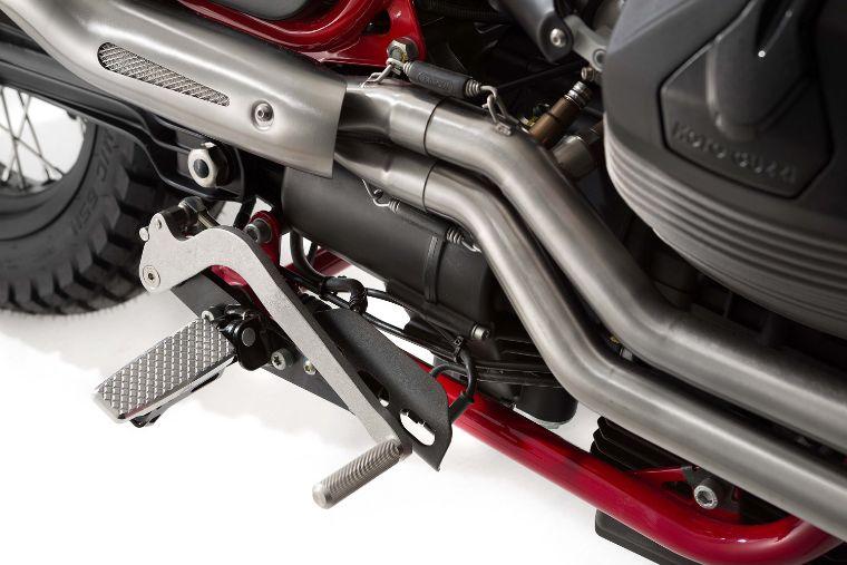 Moto modelo Stornello, color gris y rojo. Marca Motoguzzi
